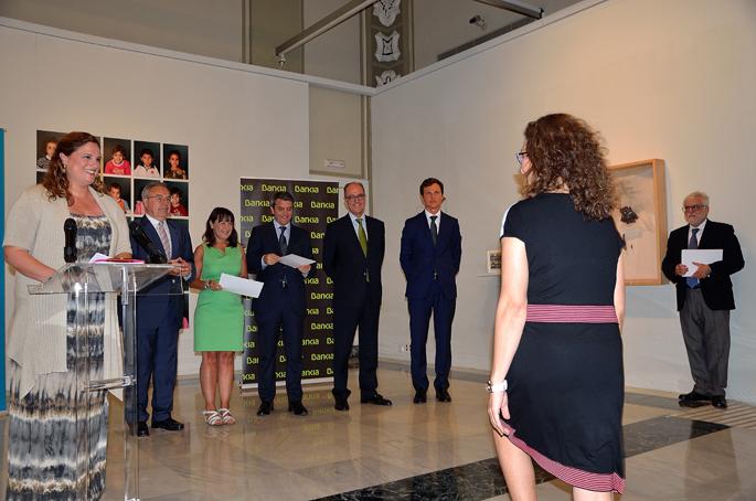 Nuestra presidenta Elena Puchades sube a recoger la distinción